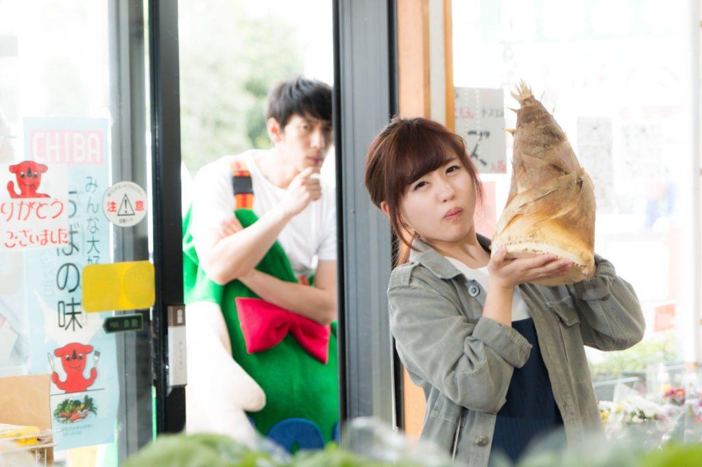 タケノコを運ぶ女性