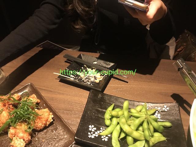 食事の写真を撮るHMちゃん