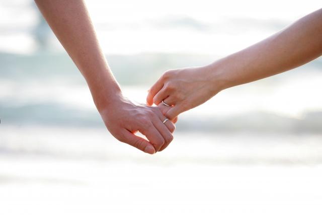 手を繋ぐ男女